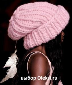 шапка giles deakon 2014 украшеная подвеской и пером