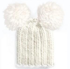 белая шапка  с двумя помпонами