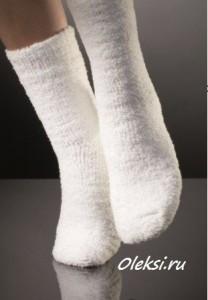 белые вязаные носочки из плюшевой пряжи