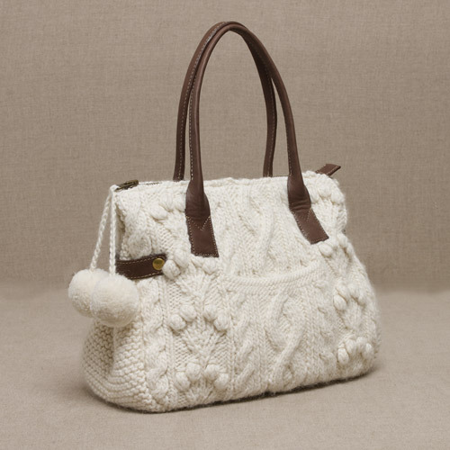 сумочка с помпонами и