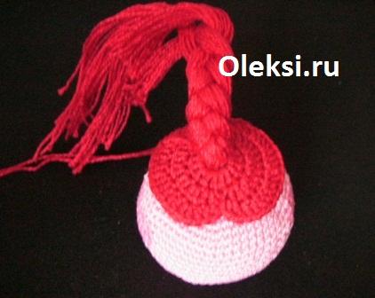 заплетенная косичка на вязаной нюше