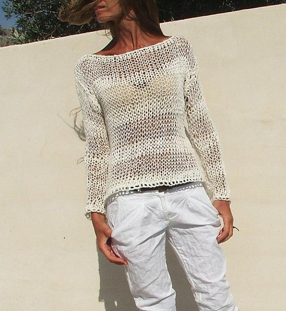 кремовый летний вязаный свитер спицами