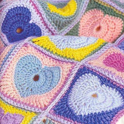 вязаное одеяльце с сердечками