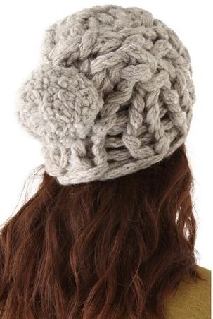 вязаная шапка крупной вязки с помпоном