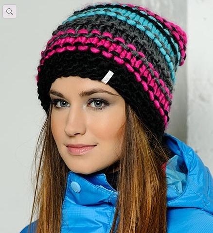 шапка связанная платочной вязкой пряжей разных цветов