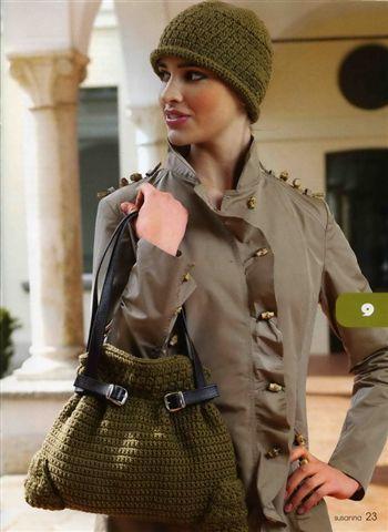 Элегантная вязаная сумка с кожаными ремешками.